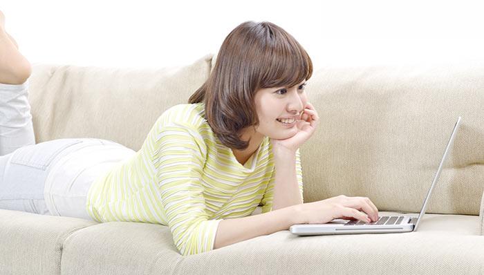 インターネットでオンラインショッピングを楽しむ女性