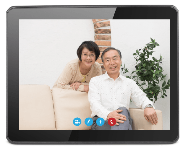 タブレットでビデオ通話をする夫婦の画面